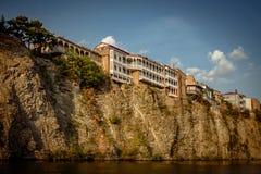 Chambres au bord d'une falaise au-dessus de la rivière Kura Tbilisi, photographie stock libre de droits