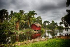 Chambres au-dessus de l'eau, village Boca de Guama, Cuba Photographie stock libre de droits