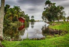 Chambres au-dessus de l'eau, village Boca de Guama, Cuba Photographie stock