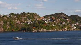 Chambres au rivage de fjord près de Bergen, Norvège Photographie stock libre de droits