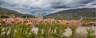Chambres avec les toits rouges contre le ciel bleu georgia Images libres de droits