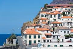 Chambres Camara de Lobos contre une falaise à l'île de la Madère Images libres de droits
