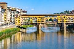 Chambres construites sur le vieux pont de Ponte Vecchio au-dessus du fleuve Arno i Photo libre de droits