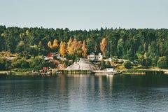 Chambres dans le paysage scandinave de forêt de vue conifére de mer photos libres de droits