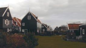 Chambres dans le village néerlandais traditionnel Marken en Hollande banque de vidéos