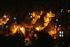 Chambres dans les roches sur une colline dans la ville de Kandovan par nuit Images stock