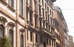 Chambres de cours magenta à Milan Images stock