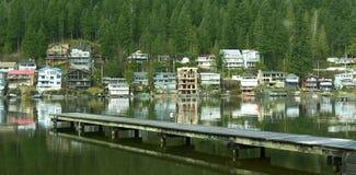 Chambres de maisons de maisons de lac BC Photographie stock