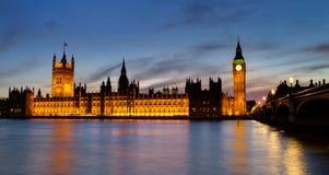 Chambres du Parlement à l'heure bleue Images stock
