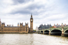 Chambres du parlement avec la tour de Big Ben et de pont de Westminster à Londres, R-U Photographie stock libre de droits