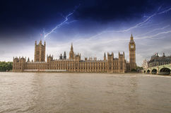 Chambres du Parlement, palais de Westminster avec la tempête - Londres passée Photo stock