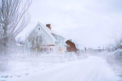 Chambres en bois suédoises de vintage dans la neige image libre de droits