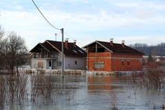 Chambres entourées avec la protection d'inondation de barrières de boîte pendant l'inondation image stock