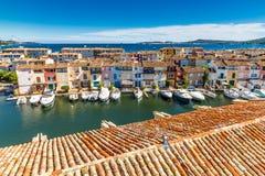 Chambres et bateaux colorés dans des Grimaud-Frances de port Photo libre de droits