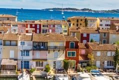 Chambres et bateaux colorés dans des Grimaud-Frances de port Photos stock