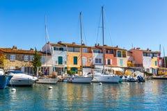 Chambres et bateaux colorés dans des Grimaud-Frances de port Images libres de droits