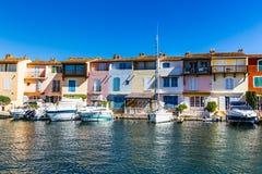 Chambres et bateaux colorés dans des Grimaud-Frances de port Photo stock