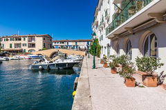 Chambres et bateaux colorés dans des Grimaud-Frances de port Photographie stock libre de droits