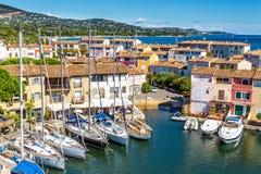 Chambres et bateaux colorés dans des Grimaud-Frances de port Image libre de droits