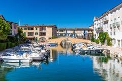 Chambres et bateaux colorés dans des Grimaud-Frances de port Photos libres de droits