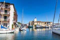 Chambres et bateaux colorés dans des Grimaud-Frances de port Image stock