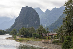 Chambres et montagnes dans le vieng de vang, Laos Image libre de droits