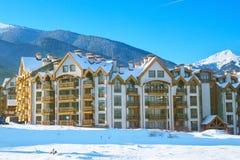 Chambres et panorama de montagnes de neige dans Bansko, Bulgarie photographie stock