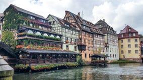 Chambres le long de rivière malade à Strasbourg, quart de Petite France un jour ensoleillé Images libres de droits