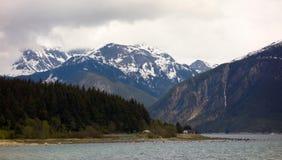 Chambres par l'eau à un site éloigné en Alaska Photo libre de droits