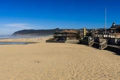 Chambres presque dans le sable de la plage de canon, Orégon, Etats-Unis photographie stock
