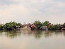 Chambres se reflétant en rivière images libres de droits