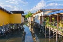 Chambres sur des échasses sur la côte des Philippines photos libres de droits