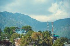 Chambres sur le ciel bleu de fond avec des nuages et des montagnes de l'Himalaya photo libre de droits