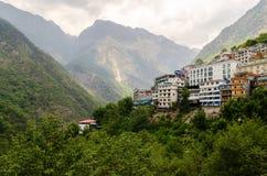Chambres sur les pentes de montagne Zhangmu images libres de droits