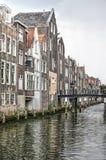Chambres sur un canal dans Dordrecht photos stock