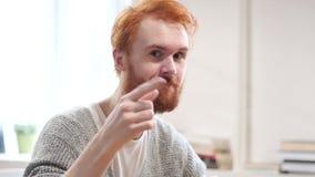 Chame-me, contacte-nos, gesto pelo homem com cabelos vermelhos vídeos de arquivo