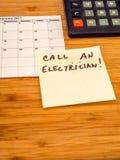 Chame um eletricista, lembrete do post-it, espaço da cópia Imagens de Stock