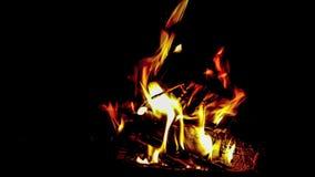 A chaminé ardente de madeira fornece o ambiente do calor e do conforto 4K vídeos de arquivo