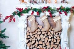 Chaminé bonita decorada para o Natal Fotografia de Stock Royalty Free