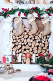 Chaminé bonita decorada para o Natal Foto de Stock Royalty Free