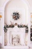 Chaminé clássica decorada com ramos de árvore vertical imagens de stock royalty free