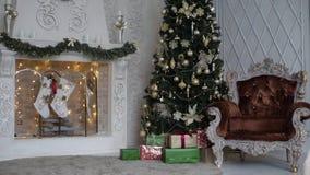Chaminé com árvore de Natal vídeos de arquivo