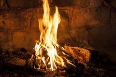 Chaminé com um fogo de ardência. Madeira ardente Foto de Stock Royalty Free