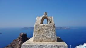 Chaminé com uma vista em Santorini, Grécia fotos de stock