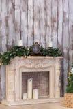A chaminé de ano novo em um interior Imagens de Stock Royalty Free