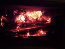 Chaminé de aquecimento na noite fria do inverno fotos de stock royalty free