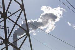 Chaminé de fumo e linhas elétricas de alta tensão Foto de Stock Royalty Free