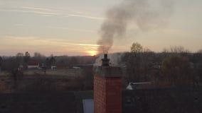 Chaminé de fumo em um telhado filme
