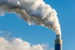 A chaminé de fumo de um central elétrica de carvão Fotografia de Stock