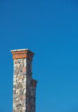 Chaminé de pedra alta de encontro ao céu azul profundo desobstruído 3 fotografia de stock